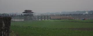 Etwas ausserhalb Mandalays liegt die antike Stadt Amarapura. Dort gibt es die U-Bei-Brücke, die längste Teak-Holz-Brücke der Welt.