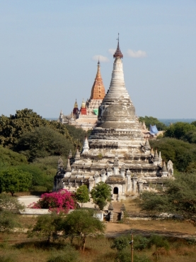 Hinter der Stupa steht wieder eine Stupa und wieder.....