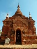 Manche Stupas sind noch nicht restauriert und sind mit ihren roten Backsteinen wunderschön.
