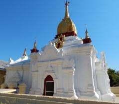 """Manchmal werden die schönen roten Backsteine einfach übergetüncht. Die Buddisten nennen das """"lebenden"""" Buddismus und haben kein Verständmis, dass wir gerne die alten Gebäude erhalten wollen."""