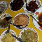 Klassisches burmesisches Gedeck; viel Gemüse und Salate und dazu ein Curry.