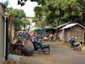 Die Nebenstraßen sind grundsätzlich nicht gepflastert oder geteert. Das Hauptfortbewegungsmittel ist das Moped.