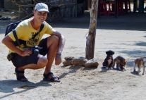 Natürlich findet Carsten ein paar Hunde zum Spielen.