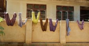 Hosen hängen zum trocknen auf der Leine.