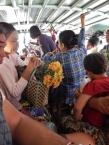Wir nutzen die lokalen Tuk Tuks und fahren von Alt Bagan nach Neu Bagan. Hierhin wurde die Bevölkerung umgesiedelt, damit Alt Bagan für die Touristen freigemacht werden konnte.