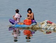 Frauen waschen die Wäsche und sich gleich mit am Irrawaddy.