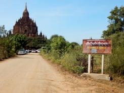 Die Wege zwischen den Stupas sind trocken und staubig.