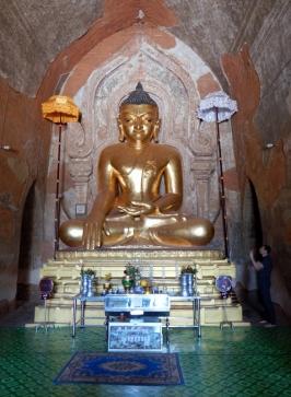 Jede Stupa beherbergt mindestens eine Buddha Statur.