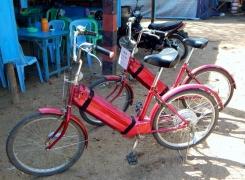 Unsere E-Bikes sind schnell gefunden. Das hat nicht nur was mit Faulheit zu tun. Bei 35°C kommt man auch ohne Anstrengung ganz gut ins Schwitzen.