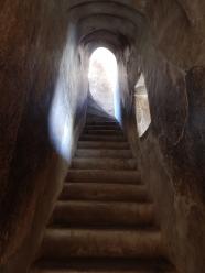 Meistens kann man mehrere Ebenen auf der Stupa ersteigen. Der Weg auf die nächst höhere Ebene führt durch schmale Tunnel.