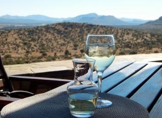 Natürlich hat vor allem Südafrika tolle Weine zu bieten. Namibia importiert diese natürlich auch. Ein Wein bei solch einem Ausblick. Was will man mehr?