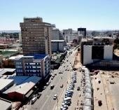 Die Independence Avenue zur Mittagszeit. Die einzige Straße in Windhoek wo überhaupt mal etwas los war.