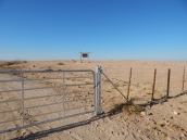 Typisches Tor zur Farm, Schlüssel hängt an der Kette. Danach muss man häufig noch einige Kilometer zurücklegen bis man zum Farmhaus bzw. Campingplatz kommt.