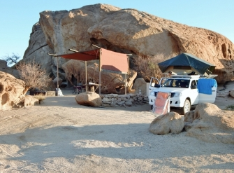 """""""Wüstenquell"""" Schön gelegen direkt an einem großen Felsen. Morgens fegte unser der Ostwind fast weg."""