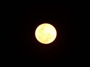 Die Luft ist so klar, dass man den Mann im Mond sehen kann.