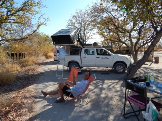 Bereit für den Sundowner. Die Liegestühle haben wir uns vor der Reise gekauft. Man möchte ja auch ein wenig komfort haben.