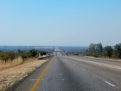 Die Straßen sind jetzt überwiegen geteert und führen aber immer noch schnurstracks geradeaus.