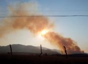 Ein kleiner Buschbrand verdunkelt die Sonne.
