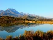Tolle Farben, aber auch ein bisschen kitschig. Ein Bergsee im Weingebiet.