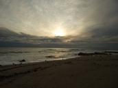 Endlich gibt wieder schöne Sonnenuntergänge am Meer. An der Ostküste geht die Sonne in den Bergen unter und nicht im Meer. Das ist schön komisch gewesen.