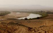 Der Oranje River fließt gemächlich durch die Landschaft.