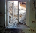 Der Sand kommt durchs Fenster.