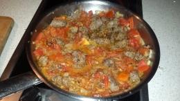 """Die Namibische """"Bratwurst"""" Boerewors genannt läßt sich auch hervorragend in der Pfanne mit Tomaten zubereiten. Dazu lecker Reis. Fertig ist das Abendessen."""