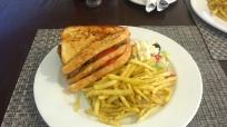 Sandwich findet man immer auf der Speisekarte. Gut für einen leichten Lunch. Natürlich dürfen die etwas weichen und meist ungesalzenen Pommes nicht fehlen.