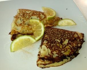 Pfannkuchen mit Zimt und Zucker. Hier werden sie zusätzlich mit Zitrone serviert. Passt!