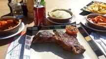So ein leckeres Steak geht eigentlich immer. Die Fleischqualität in Namibia ist so gut. Das liegt wohl an den freilaufenden Tieren.