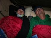 Auch im Zelt sollte man gut eingepackt sein. Es kann im Winter schon mal bis 0° C werden. Und Raureif an der Zeltdecke schaut auch ganz lustig aus.