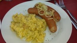 Bockwurst mit Kartoffelsalat. Da war er wieder der deutsche Einfluss.