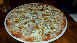 Oh eine Pizza. Reichlich belegt.