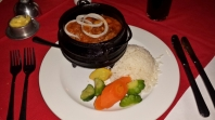 Hier ein weiteres typisches Essen. Der Potjie. Das Essen wird über dem Feuer zubereitet in einem gusseisernen Topf (Potjie).