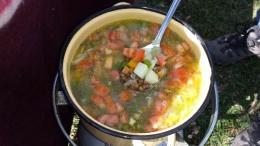 Gemüsesuppe. Alles was in einem Topf zuzubereiten ist, wird ausprobiert.