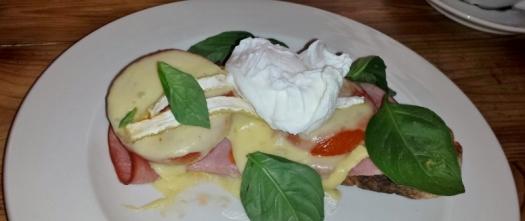 Ein tolles Baguette. Mit Schinken, Tomaten, Käse und pochiertem Ei.