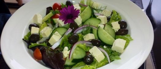 Salat. Im Frühling mit Blume.