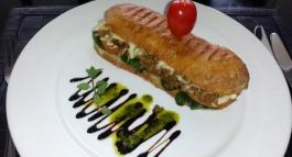 Sandwich mit Tellermalerei.