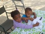 Besuch von zwei kleine neugierigen Kindern.