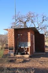 """Einfach Sanitäre Anlagen. Der """"Donkey"""". So nennt man im südlichen Afrika den Ofen für das heiße Wasser. Schnell ein paar Holzscheite angezündet und schon hat man herrlich warmes Wasser zum Duschen. Strom gibt es nur sehr selten auf den Campingplätzen in Namibia und Botswana."""