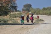 Die Frauen tragen die schweren Lasten gerne auf dem Kopf um die Hände frei zu haben. Auf dem Rücken werden die Kinder getragen.