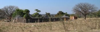 Basthütten und kleine Dörfer wie diese - überall.